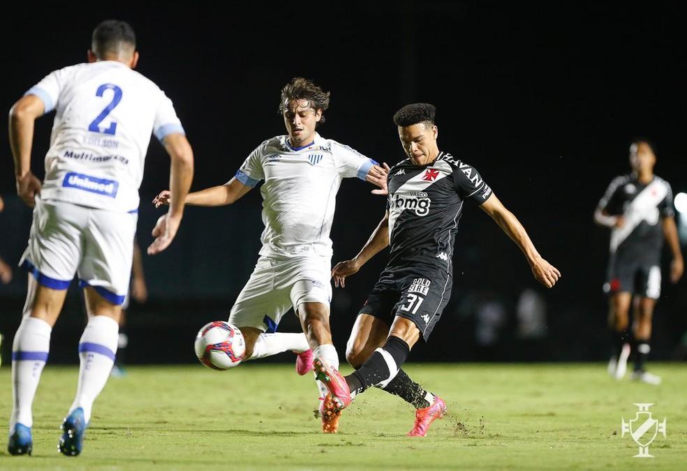 Marquinhos Gabriel é marcado por dois jogadores do Avaí — Foto: Rafael Ribeiro/Vasco