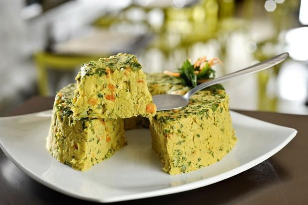 Fácil e saudável: aprenda a fazer um cuscuz de grão de bico com legumes