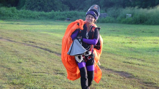 Coleguinha do 'Caldeirão' é a primeira mulher brasileira a saltar de paraquedas em Fernando de Noronha