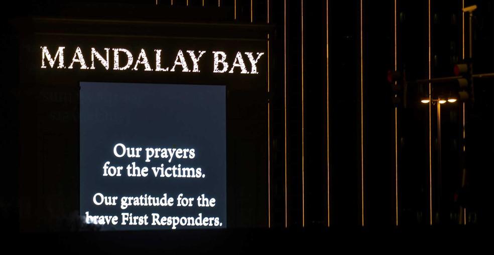 Hotel Mandalay Bay exibe mensagem de condolências após massacre em Las Vegas (Foto: Drew Angerer / Getty Images / AFP Photo)