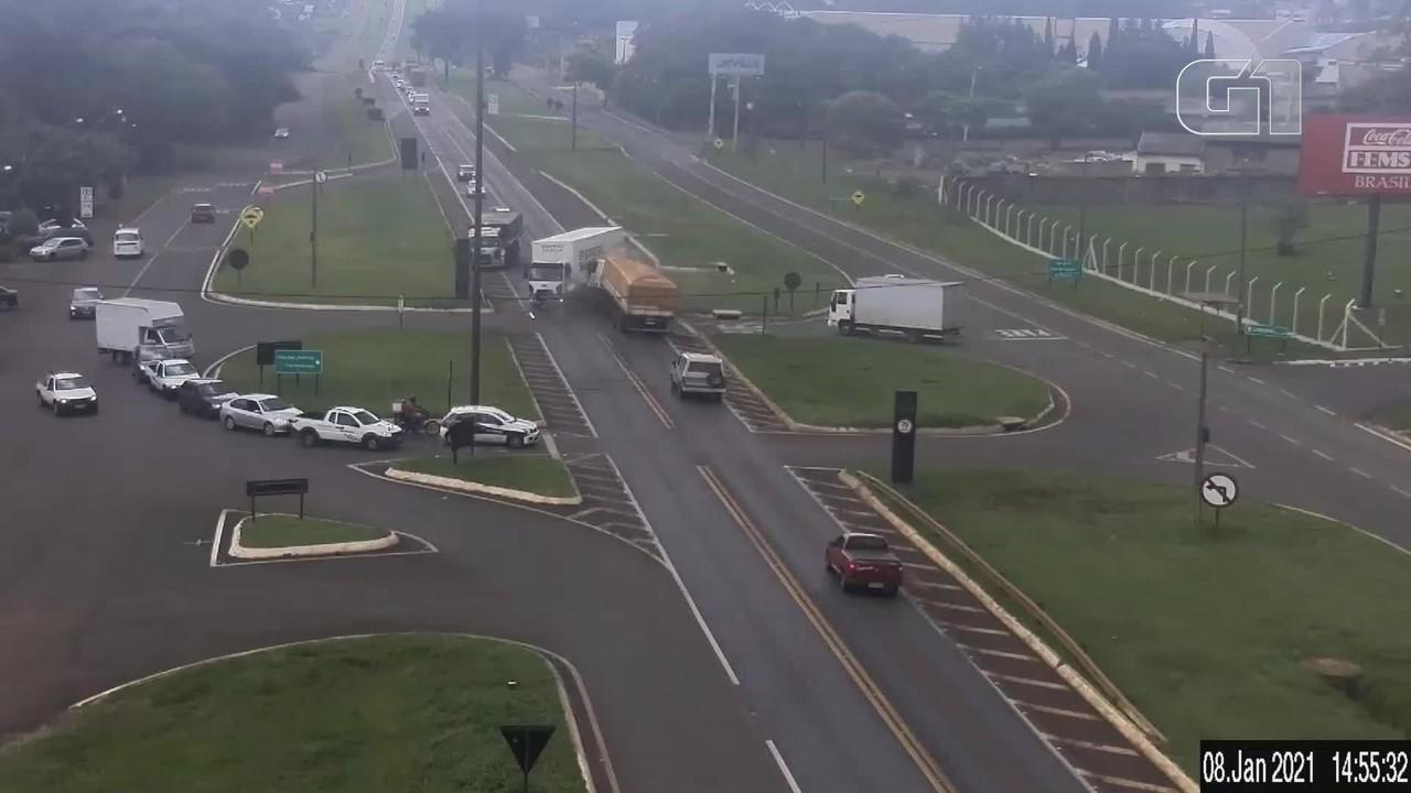 Dois caminhões batem em trevo da BR-277, em Cascavel