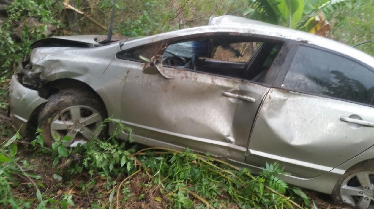 Médica fica ferida após perder controle em carro e descer barranco na BR-267