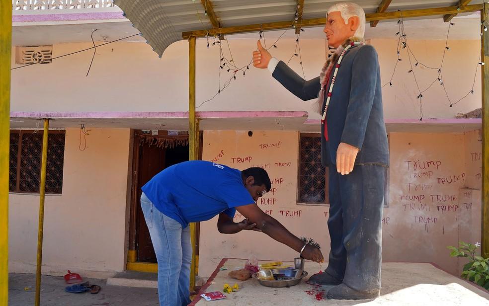 Bussa Krishna fazia orações em frente à estátua de Donald Trump que colocou em sua casa, na vila de Konney, em Telangana, na India — Foto: Reuters/Vinod Babu