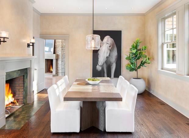 Sala de jantar da casa de Bruce Willis, no interior do estado de Nova York (Foto: The Wall Street Journal/ Reprodução)