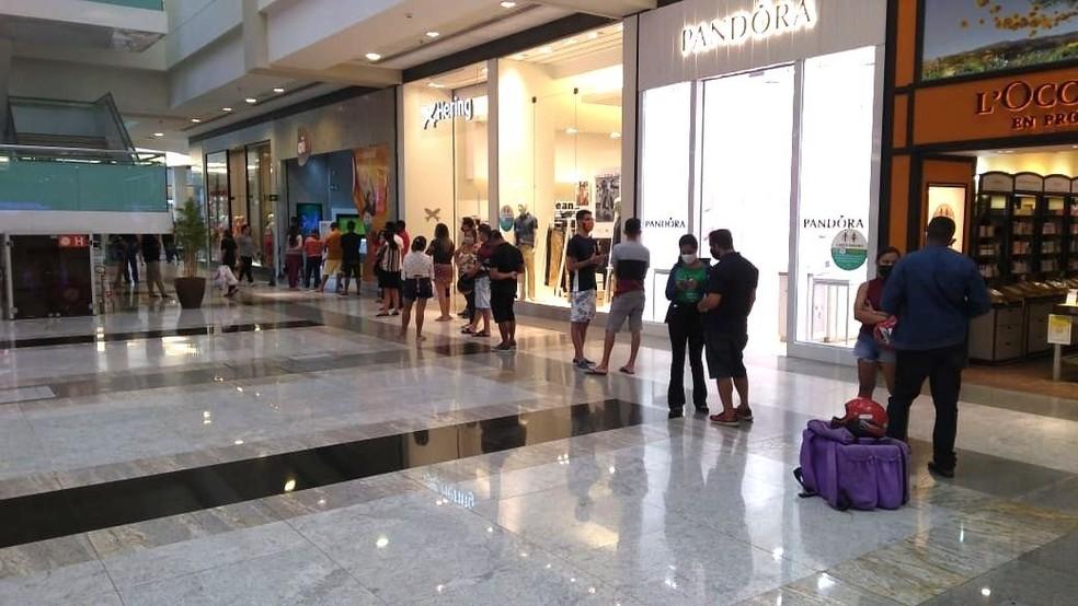 Filas são registradas no primeiro dia de abertura dos shoppings em Teresina — Foto: Edigar Neto /TV Clube