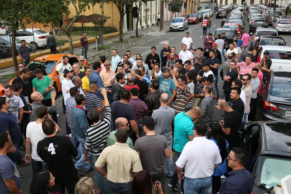 Grupo deve ficar em frente à Câmara de Vereadores até as 17h30 (Foto: Rodrigo Fonseca)