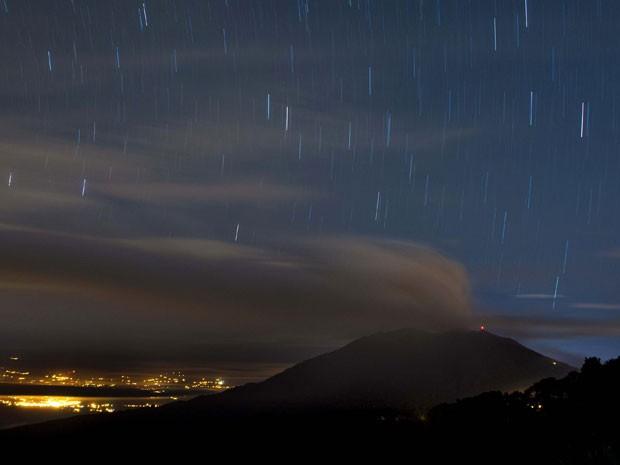 Vulcão Turrialba, na Costa Rica, durante erupção neste domingo (Foto: Ezequiel Ibecerra/AFP)