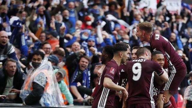 Jogadores do Leicester celebram gol de Tielemans com os torcedores