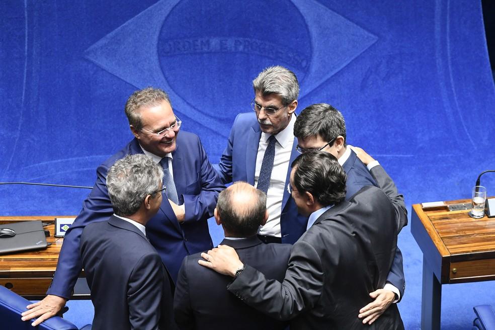 Renan Calheiros conversa com senadores durante sessão do Senado — Foto: Marcos Oliveira/Agência Senado
