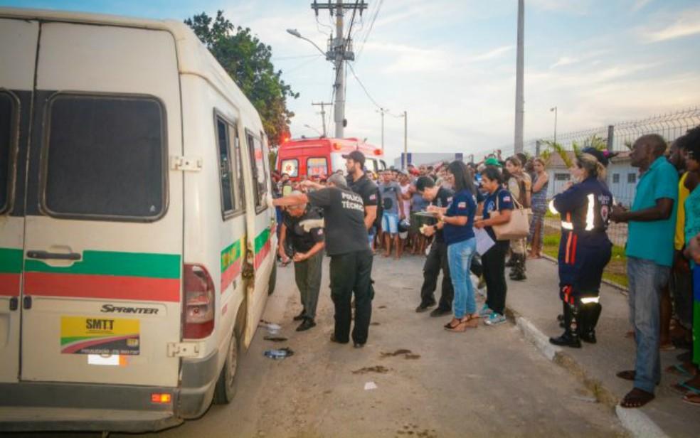 Idosa de 64 anos foi morta a tiros dentro de van em Feira de Santana — Foto: Ed Santos/Acorda Cidade