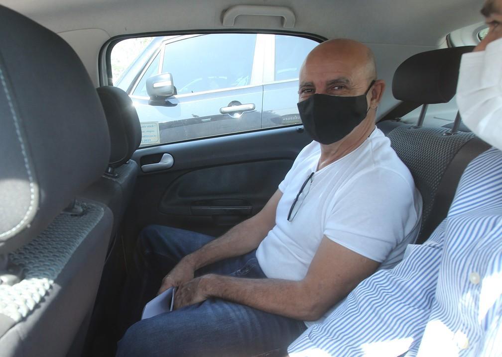 Usando uma máscara protetora, Fabrício Queiroz é visto dentro de um carro do poder judiciário ao deixar o condomínio onde mora na Taquara, na Zona Oeste do Rio de Janeiro — Foto: Wilton Junior/Estadão Conteúdo