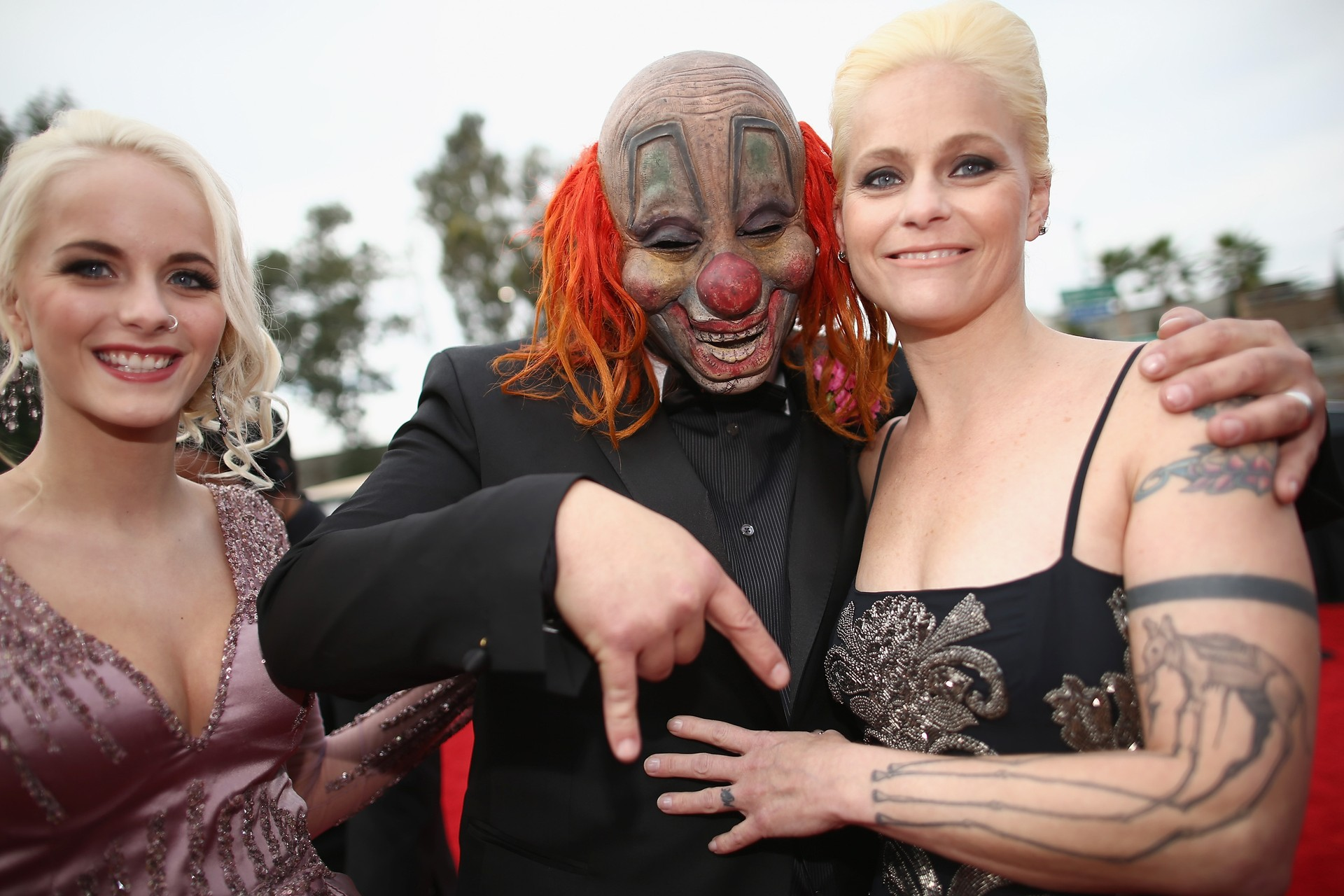 Shawn Crahan com a filha (à esq.) e a esposa no tapete vermelho do Grammy 2014 (Foto: Getty Images)