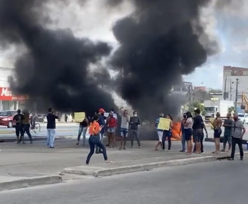 Protesto bloqueou mão da PE-008 nesta quarta-feira (13), no bairro de Prazeres, em Jaboatão dos Guararapes — Foto: Reprodução/WhatsApp