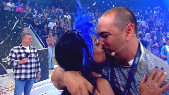 Passista é pedida em casamento no palco do Caldeirão