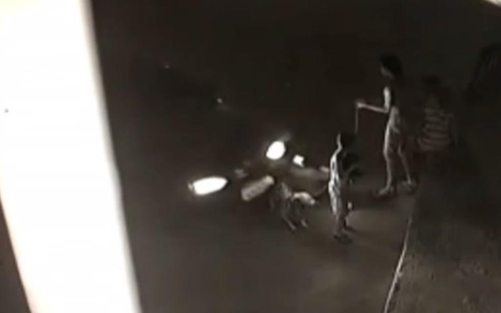Carro é flagrado atropelando quatro crianças em Senador Canedo Goiás — Foto: Reprodução/TV Anhanguera