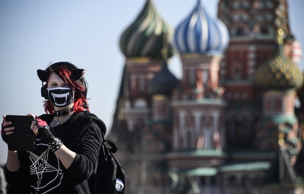 Mulher na Praça Vermelha em Moscou, em 25 de março de 2020 — Foto: Alexander Nemenov / Afp