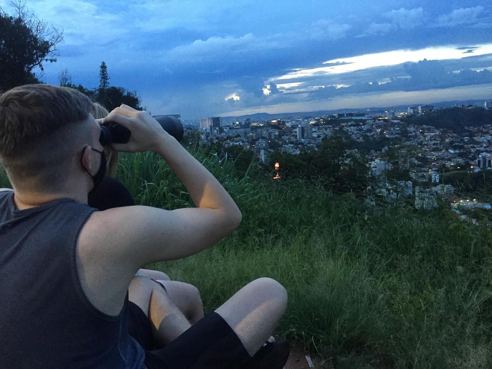 21 de dezembro de 2020 –Pessoas se reunindo no mirante do Belvedere, para ver o alinhamento de Júpiter e Saturno (Estrela de Belém), na cidade de Belo Horizonte (MG) — Foto: Rodney Costa/Futura Press/Estadão Conteúdo