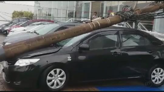 Motorista perde controle de carro e derruba poste em São João da Boa Vista, SP