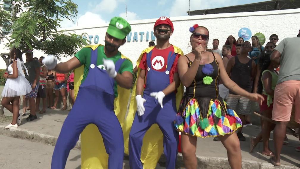 O web designer Jailson Félix escolheu a roupa de Luigi, do jogo eletrônico Super Mário Bros, para aproveitar o CDU na Folia  junto com os amigos — Foto: Reprodução/TV Globo