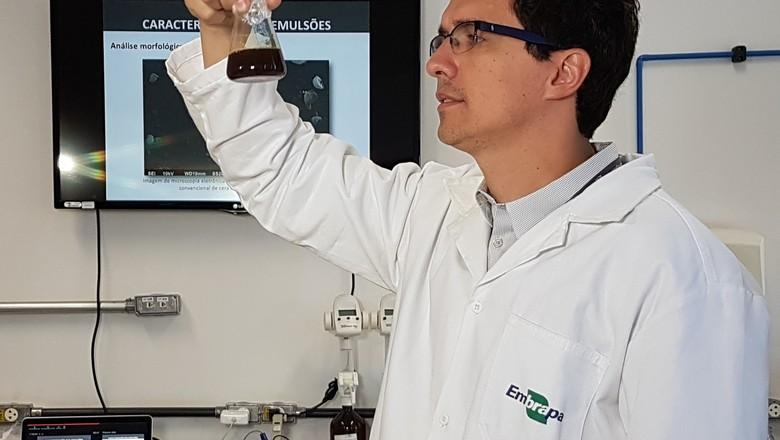Pesquisador Daniel Correa, da Embrapa Instrumentação, coordena projeto em parceria com universidade colombiana (Foto: Joana Silva/Embrapa/Divulgação)