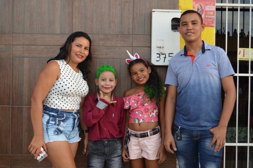 Lidionéia Costa aproveitou a folia para levar o sobrinho e a filha (Foto: Hosana Morais/G1)