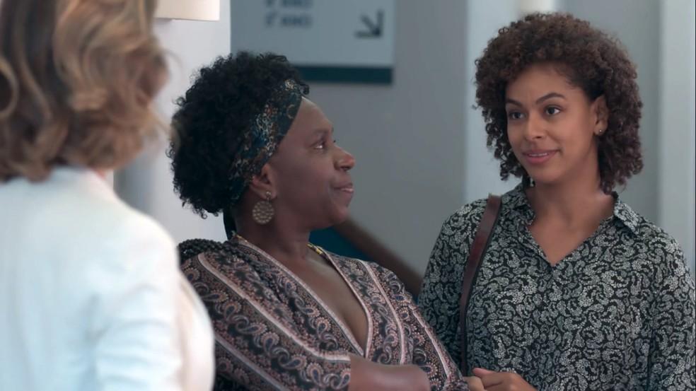 Das Dores (Ju Colombo) e Nena (Roberta Santiago) são vítimas de preconceito — Foto: Globo