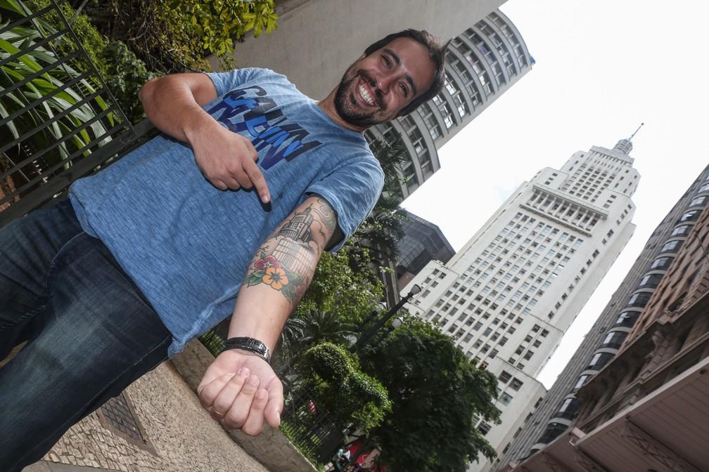 Leandro Luiz mostra a tatuagem em homenagem ao antigo 'Banespão', o edifício Altino Arantes (Foto: Fábio Tito/G1)