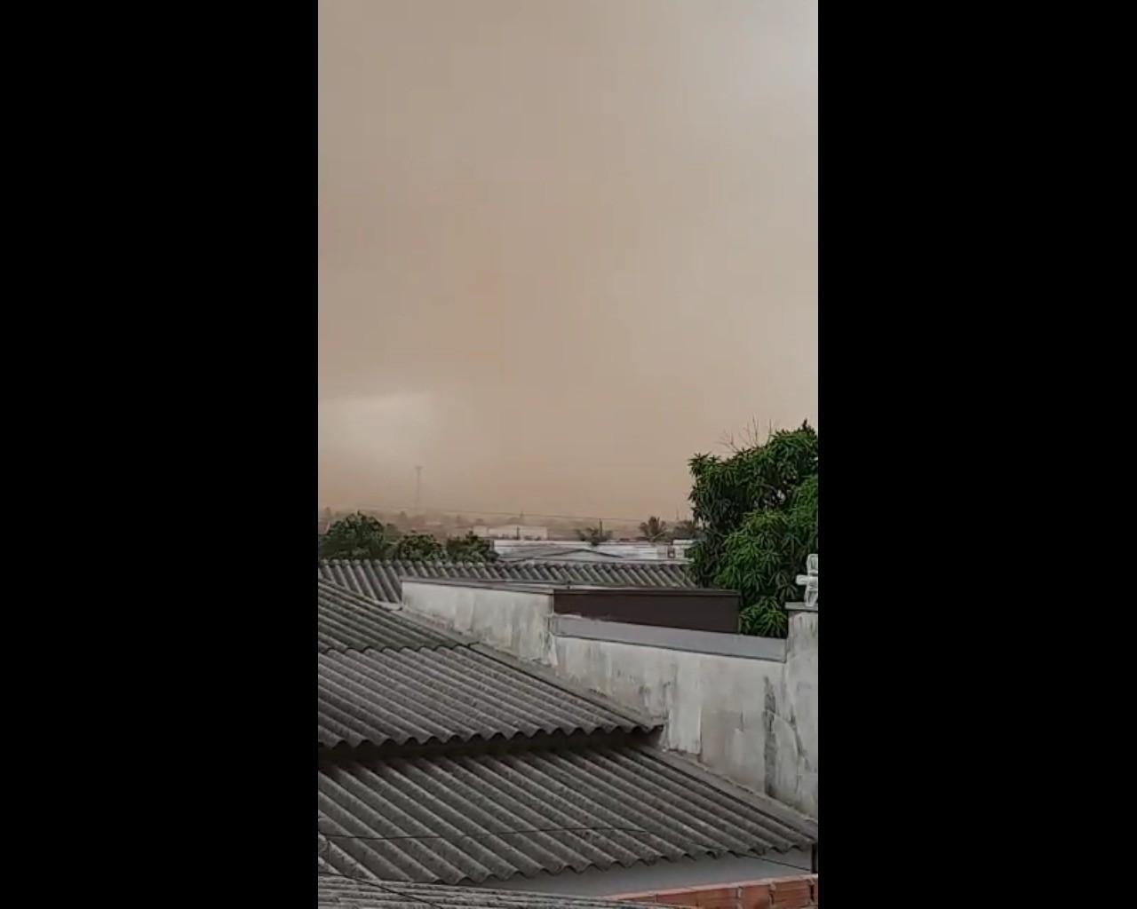 Nuvem de poeira atinge Primavera do Leste (MT) e deixa céu escuro
