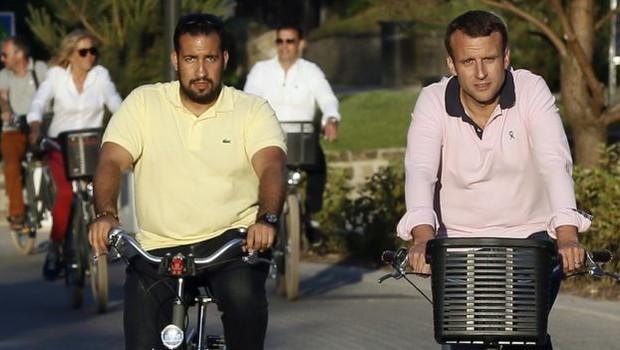 Em foto de 2017, Benalla e Macron andam de bicicleta; segurança ganhou acesso ao círculo mais próximo do presidente francês (Foto: EPA via BBC)