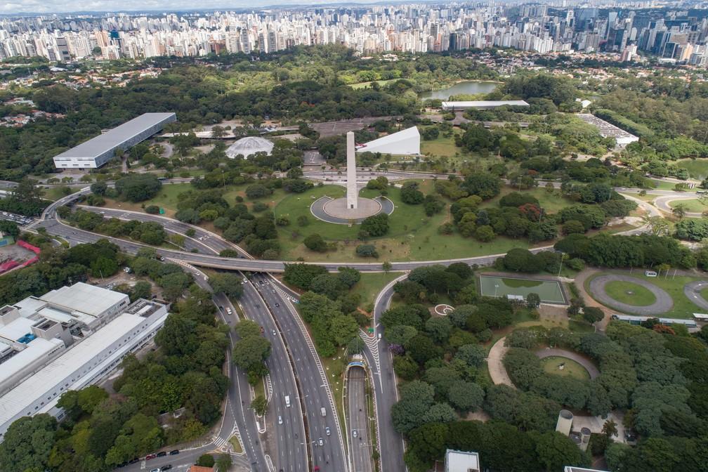 SÃO PAULO - Vista aérea do parque Ibirapuera vazio nesta terça-feira (24), primeiro dia de quarentena para ajudar a impedir a propagação do novo coronavírus em São Paulo  — Foto: André Penner/AP