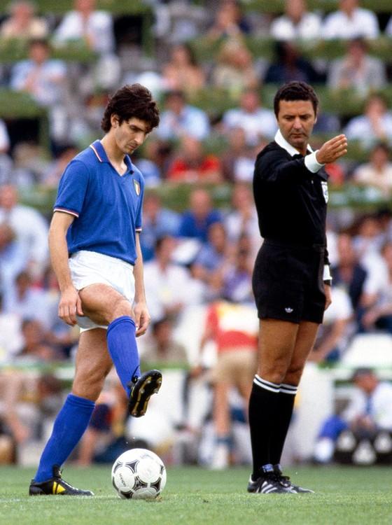 O craque italiano Paolo Rossi e Arnaldo Cezar Coelho na final vencida pela squadra azzurra contra a Alemanha por 3 a 1 (Foto: MARK LEECH/OFFSIDE/GETTYIMAGES)