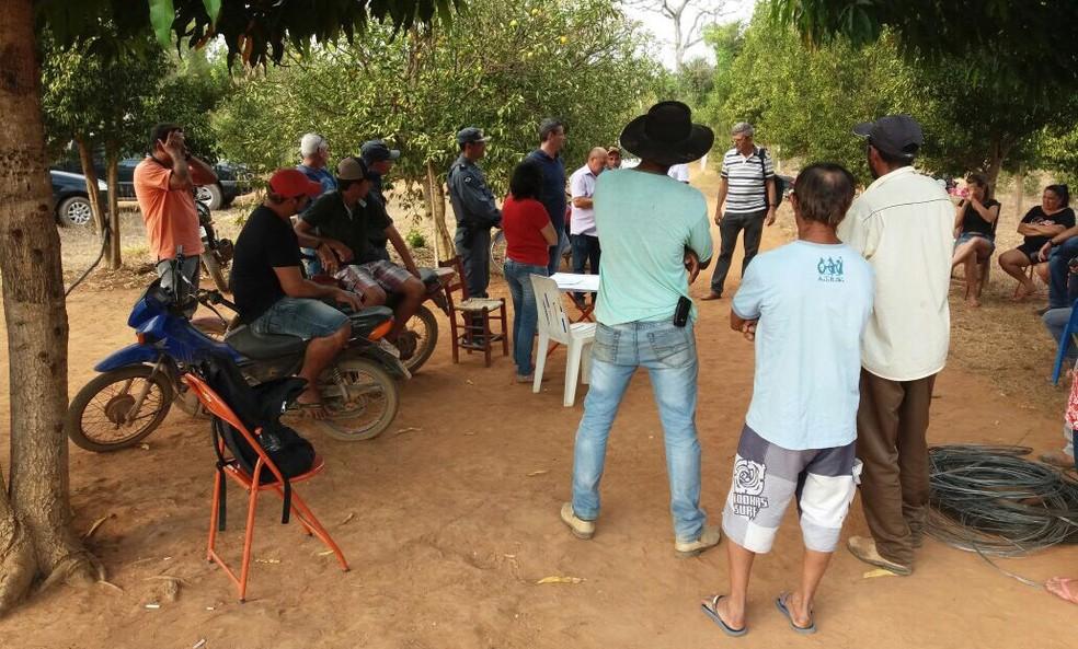 Assentados e policiais se reuniram nesta semana, após família ser torturada (Foto: Inácio Werner/Arquivo pessoal)