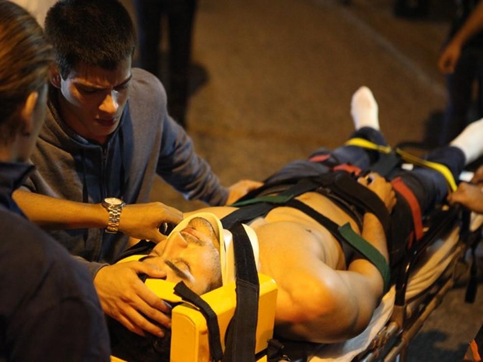 Duca (Arthur Aguiar) observa Alan (Diego Amaral) sendo socorrido após o 'acidente' - 'Malhação Sonhos' — Foto: Carol Caminha/Globo