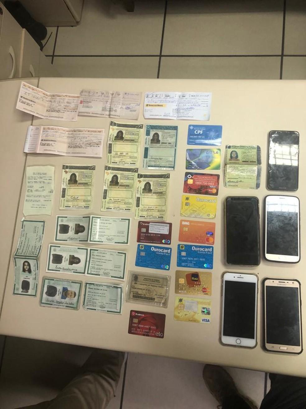 Cartões, documentos e celulares foram apreendidos — Foto: Divulgação/Polícia Civil