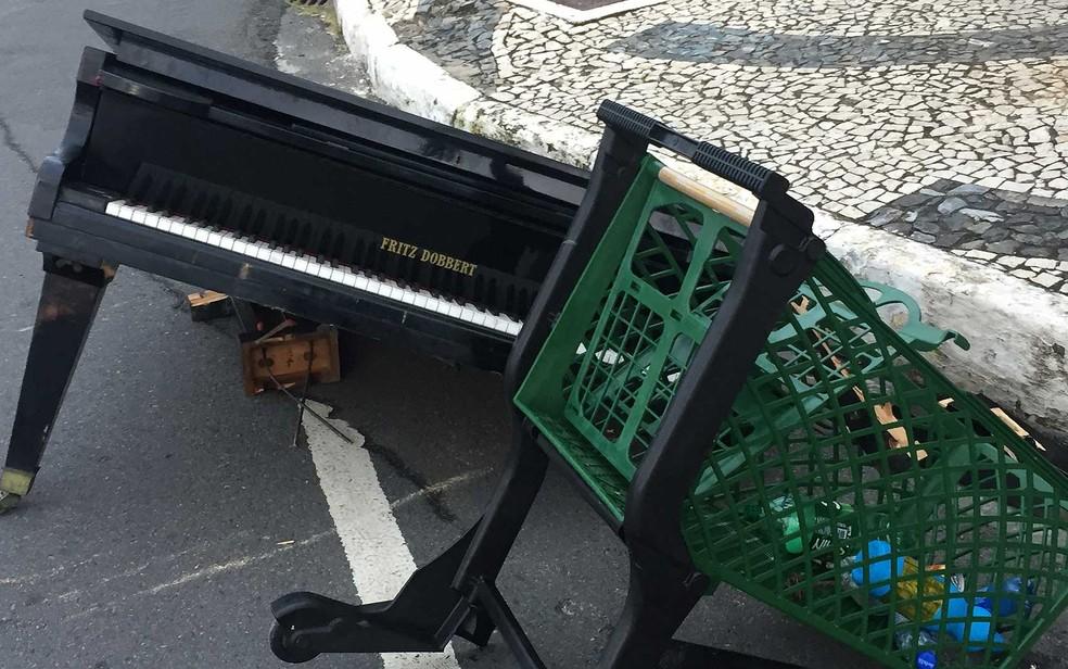 """Piano deixado na orla de Salvador estava com """"pernas"""" quebradas e alguns danos (Foto: Adriana Silva/Arquivo Pessoal)"""