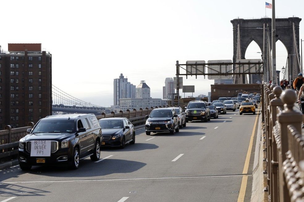 Motoristas de Uber e Lyft fazem caravana com 25 carros na Ponte do Brooklyn, nesta quarta-feira (8), em Nova York — Foto: Mark Lennihan/AP