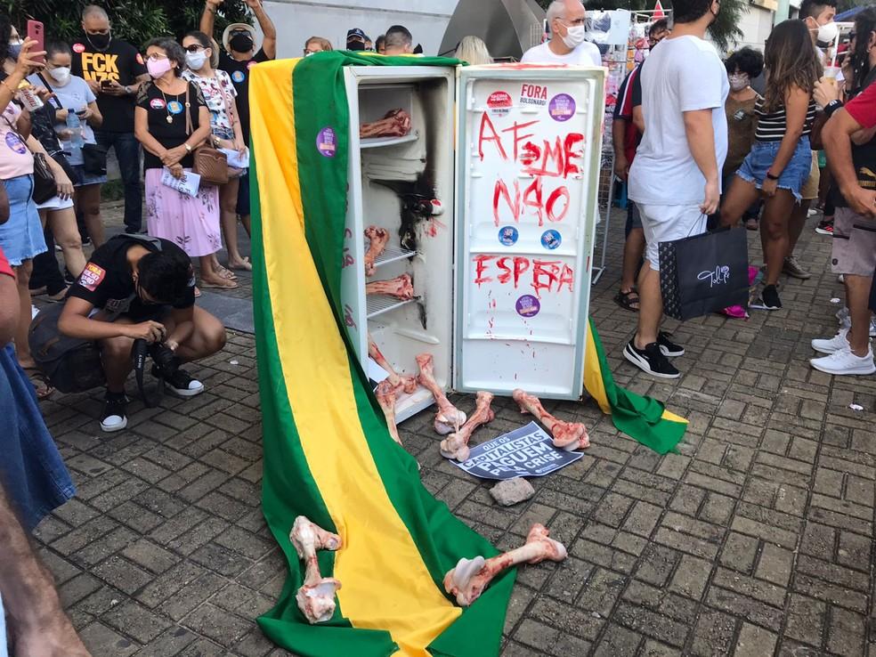 Protesto contra Jair Bolsonaro em Natal cobra redução do preço dos alimentos — Foto: Ângela Bezerra/Cedida