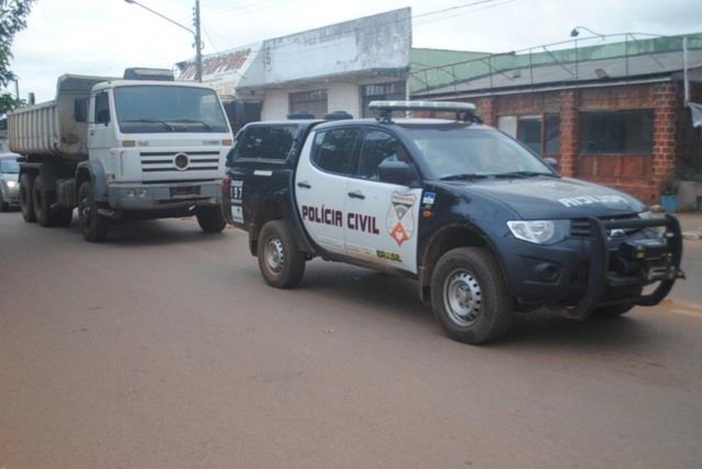 Caminhão foi levado para a 1ª Delegacia Regional de Polícia Civil onde será periciado e depois devolvido para o proprietário (Foto: Flaviano Sales/Portal Guajará)