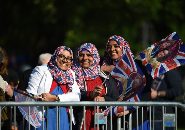 Fãs se concentram nos arredores do castelo de Windsor (Foto: Getty Images)
