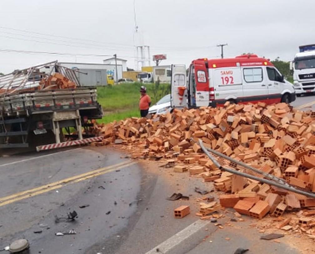 Caminhão envolvido em acidente na manhã desta segunda (15), na BR-101, transportava blocos — Foto: Fábio Santos/Voz da Bahia