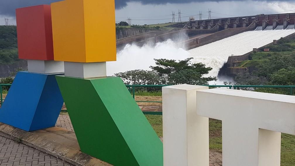A vazão média do vertedouro de Itaipu nesta sexta-feira (30) é de 2 milhões de litros de água por segundo (Foto: Adenésio Zanella/Itaipu Binacional)