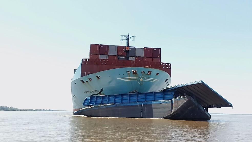 -  Navio da Mercosul Line com parte da balsa da Bertolini presa ao casco, na semana do acidente  Foto: Marcos Cantuario/Sentinela TV