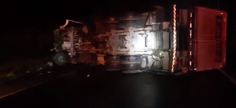 Acidente entre caminhões deixa feridos na BR-116, no sudoeste da Bahia — Foto: Reprodução/TV Sudoeste