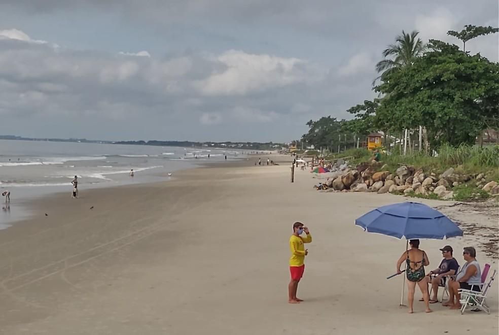 Guarda-vidas orienta banhistas em Itapoá — Foto: Praia de Itapoá/Divulgação