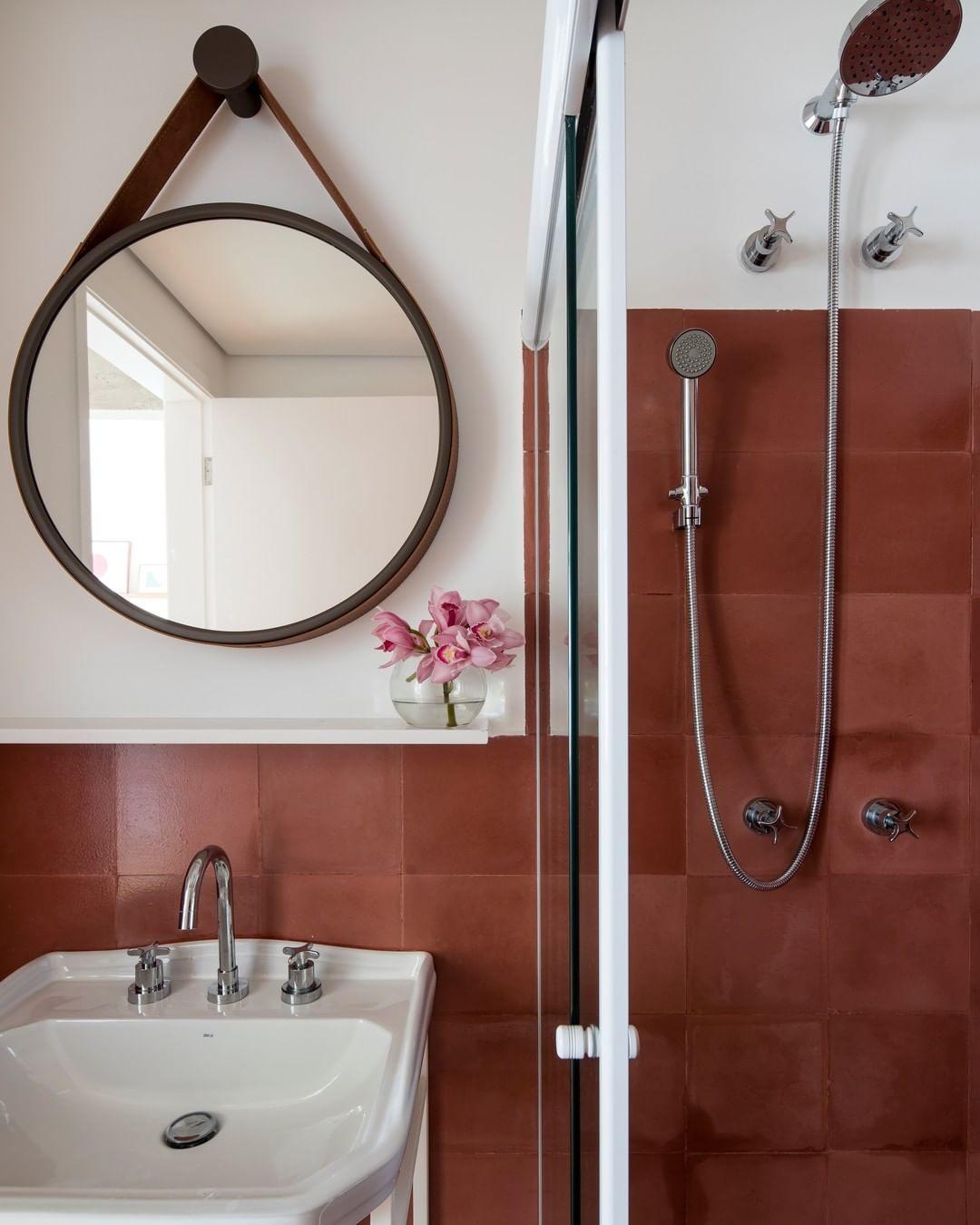 Décor do dia: banheiro com espelho redondo e pia de serralheria (Foto: Maíra Acayaba)