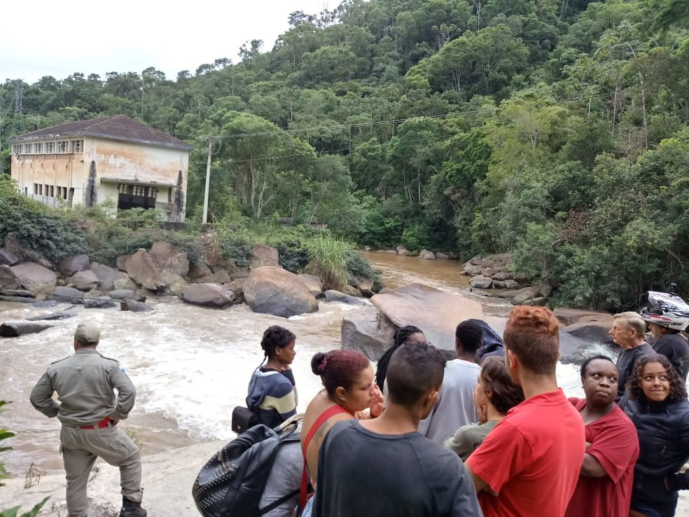 Família e amigos acompanharam as buscas — Foto: Ádison Ramos/Inter TV