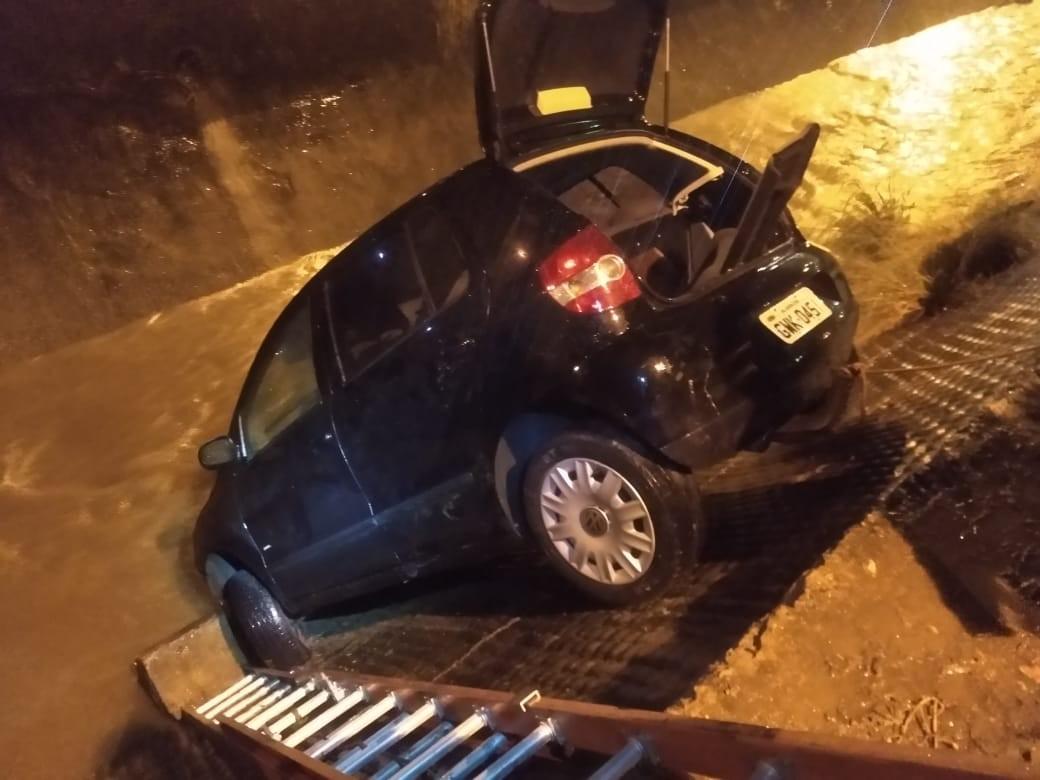 Motorista perde controle e cai com carro em córrego de Barbacena