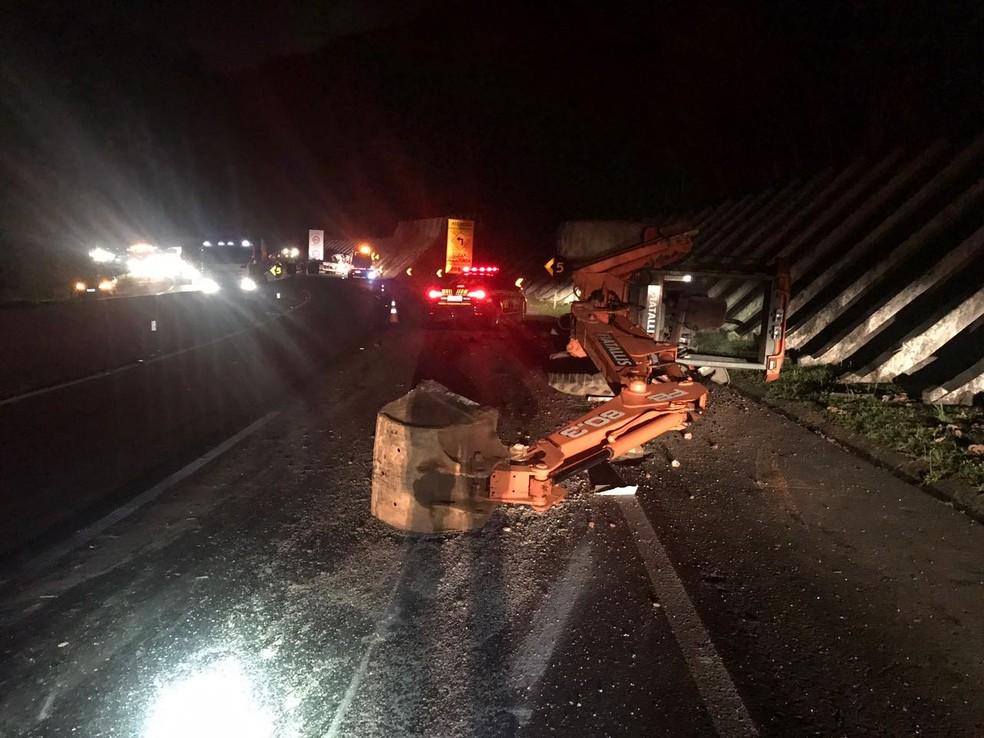 Retroescavadeira caiu do caminhão, que tombou na pista (Foto: Divulgação/PRF)