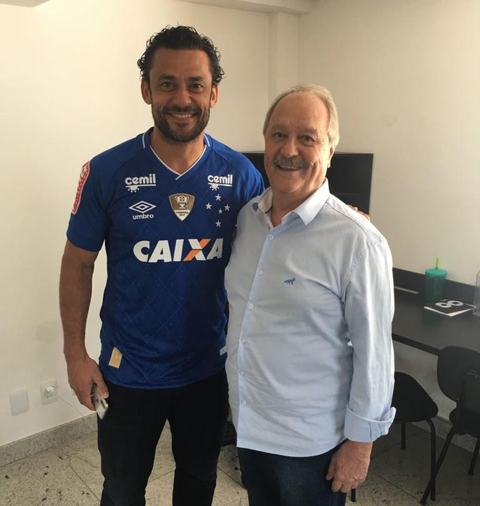 Fred posa ao lado do presidente do Cruzeiro, Wagner Pires de Sá (Foto: Divulgação / Cruzeiro)