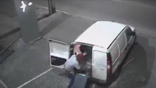 Quadrilha usa furgão em marcha à ré para arrombar relojoaria em Joinville; VÍDEO